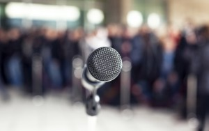 Mikrofon mit Menschen bei Tag