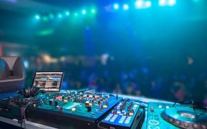 DJ Deck mit Mischpult und Computer