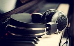 Kopfhörer auf Klavier